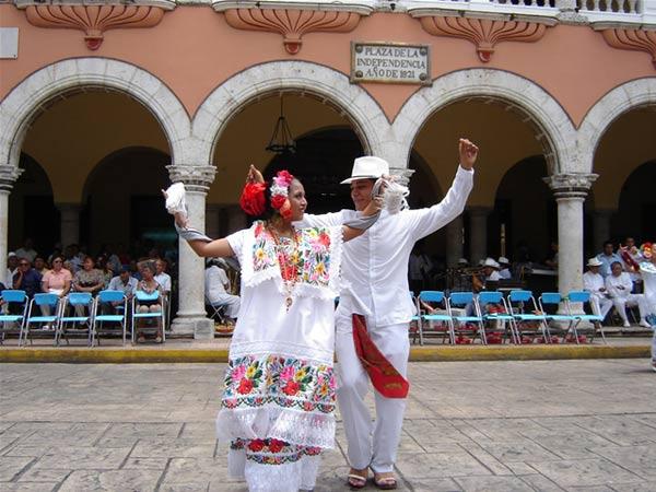 Danzantes bailando el baile tradicional, la Jarana.