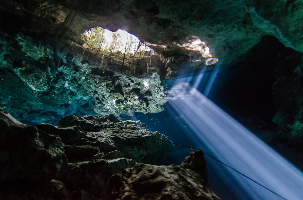 Alrededor de este impresionantes y bellísimo cenote se ha elaborado todo un eco-parque, en el que destacan, además de su exuberante floresta y muchas aves, la posibilidad de pernoctar en alguna de sus cabañitas de alto standing, al más puro estilo maya, pero con jacuzzi. No faltan restaurantes y comercios donde comprar recuerdos. El cenote Ik Kil es uno de los lugares más espectaculares de Yucatán a tan solo 3 kilómetros de Chichén Itzá. No debes perdértelo. Es un maravillo parque que está rodeado de plantas exóticas y árboles, el cual  es el hábitat ideal para diferentes aves silvestres, tales como: los tucanes, loros, cenzontles, cazadores de moscas, turquesas mot-mot, cardenales y entre varios más. Por las noches en Ik Kil es una mezcla de varios sonidos de ranas, grillos y monos, porque el lugar se encuentra rodeado de árboles, en donde también los animales silvestres como el venado se acercan a disfrutar de la belleza del lugar. Todo esto sucede mientras que usted disfruta de una hermosa noche de estrellas y se relaja en las palapas de lujo que cuentan con aire acondicionado y jacuzzi.